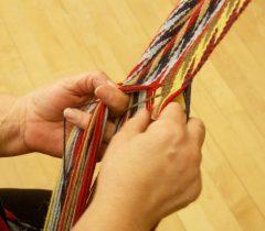 Artisane de ceinture fléchée. Photo : Suzanne Marchand.