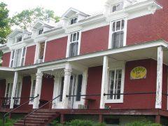 Le CRAPO, logé au rez-de-chaussée du presbytère, dans le noyau patrimonial architectural du village. On y accède par l'arrière, directement du stationnement