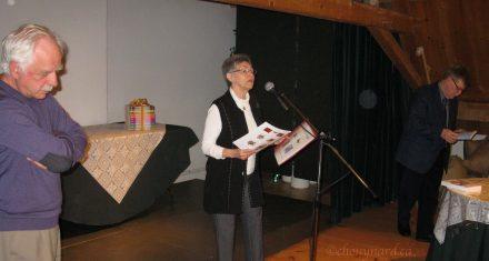 Madame Anne-Marie Poulin présente les deux ouvrages sur les textiles qu'elle a fièrement rendu à terme en 2013. Photo Y. Chouinard