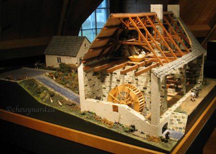 Une magnifique maquette du moulin, tel que devait être le moulin des disciples de l'ordre ignatien à l'époque de son utilisation quotidienne, pouvait être examiné à loisir dans la salle où avait lieu la rencontre. Photo Y. Chouinard