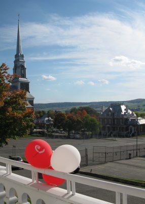 À l'extérieur, l'entrée du musée était décorée de ballons pour souligner Les journées de la cultures. Photo ©chouynard.ca
