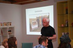 Jean Simard enseigne aux étudiants de l'école d'été de 2011. Photo: Musée de la mémoire vivante
