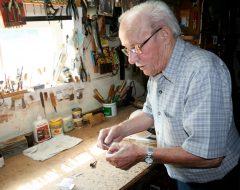 Ulric Lacombe dans son atelier au sous-sol de sa maison à Montmagny. Photo Bernard Genest, août 2015