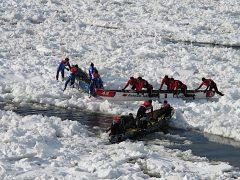 La course en canot du Carnaval de Québec. La pratique du canot à glace a été désignée patrimoine immatériel en 2014 à l'initiative de la Société québécoise d'ethnologie. Photo Richard Lavoie, SQE, février 2010.