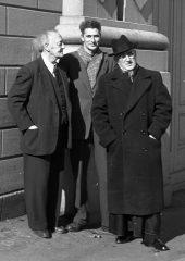 Marius Barbeau, Luc Lacourcière et Monseigneur Félix-Antoine Savard à l'Université Laval, Québec, 1956. Photo Musée canadien de l'histoire, J13918