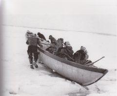 Départ d'une traversée en canot à glace à Lotbinière, 1940. Source : Société Patrimoine et histoire des seigneuries de Lotbinière.