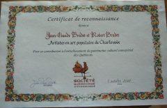 Le certificat de reconnaissance remis aux porteurs de traditions. Photo : Louise Décarie