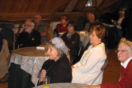 L'assemblée écoute attentivement monsieur Jean-Pierre Pichette qui présente le dernier volume (numéro 11) de la revue Rabaska. Photo Y. Chouinard