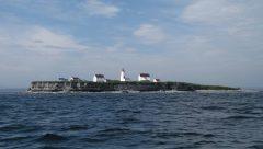 Pour les navigateurs, l'île aux Perroquets apparaît comme un bateau ancré dans le golfe du Saint-Laurent. Photo de Marie Lachance