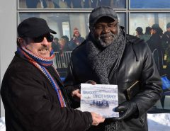 L'ethnologue Richard Lavoie est fier d'offrir au ministre Kotto la publication qu'il a réalisé en collaboration avec Bernard Genest. Photo Karine Laviolette