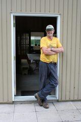 Jean-Yves Marcoux devant l'entrée de sa cabane. Photo Bernard Genest.