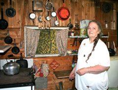 Carmelle Loignon dans la cuisine de sa cabane à sucre. Photo Bernard Genest.