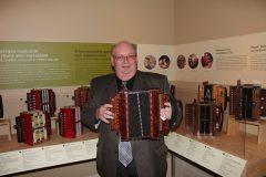 Raynald Ouellet joue de son accordéon lors de la visite guidée du musée. Photo : Jean-François Blanchette