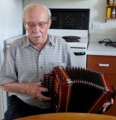 Ulric Lacombe interprétant une pièce musicale sur un accordéon de sa fabrication. Photo Bernard Genest, août 2015