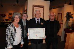 Remise du certificat au capitaine Benoit Lavoie. Avec Louise Décarie, Jean-Pierre Pichette et Jean Simard