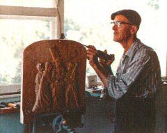 Médard Bourgault sculpte une station de chemin de la croix en 1961.