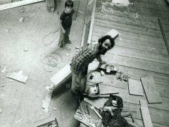 Pierre Bourgault et son assistant de toujours, son fils Che, lors de la construction d'un Cheval de bois habitable au Symposium international de sculpture environnementale de Chicoutimi (aujourd'hui Saguenay) en 1980.