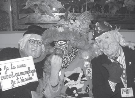 Trois personnes en costume pour une intrigue carnavalesque