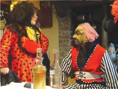 Deux personnes en costume de Mardi Gras se regardent