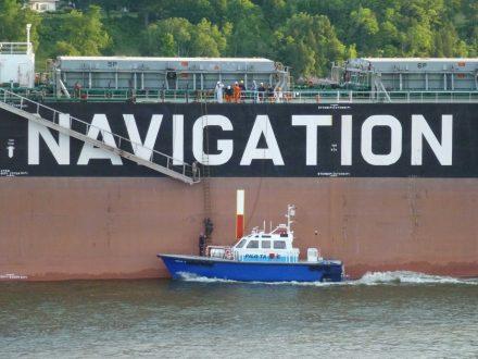 Un pilote du Saint-Laurent grimpe une échelle sur le bord d'un grand navire